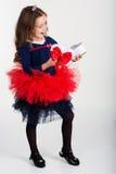 俏丽的女孩拿着有红色丝带的礼物盒 库存照片