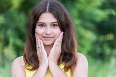 俏丽的女孩摆在夏天的本质的14岁 库存照片