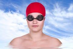 俏丽的女孩游泳者 免版税库存图片