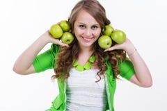 俏丽的女孩用开胃苹果,健康食物 图库摄影