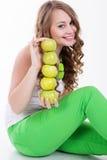 俏丽的女孩用开胃绿色苹果,健康食物 免版税库存照片