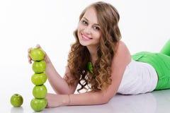 俏丽的女孩用绿色苹果,健康食物 免版税库存图片