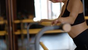 俏丽的女孩由镜子显示在芭蕾扶手栏杆的胳膊俯卧撑 影视素材