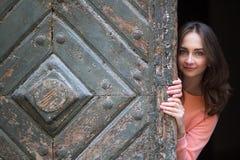 俏丽的女孩,一张照片写真在老镇 图库摄影