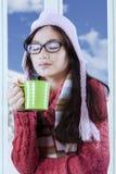 俏丽的女孩画象有茶杯的 图库摄影