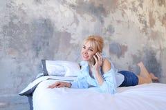俏丽的女孩画象,聊天在手机和微笑, 免版税图库摄影