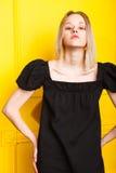俏丽的女孩画象黄色背景的 免版税库存照片