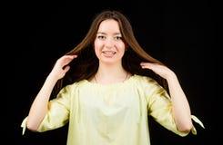 俏丽的女孩skincare和构成 美化的面孔头发和皮肤 整容术和秀丽 每日简单的构成 ?? 免版税图库摄影