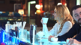 俏丽的女实业家饮用的咖啡和放松在咖啡馆 库存图片