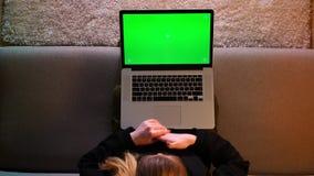 俏丽的女性博客作者特写镜头顶面射击使用膝上型计算机的有绿色色度屏幕和浏览社会媒介一会儿的 影视素材