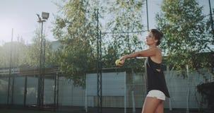 俏丽的女运动员服务网球慢动作,网球场专家球员 影视素材