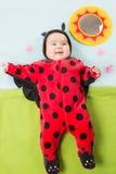 俏丽的女婴,打扮在瓢虫服装 免版税库存图片