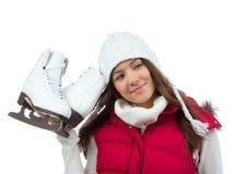 俏丽的妇女与滑冰在白色盖帽的冬季体育活动 免版税库存照片