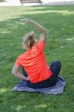俏丽的妇女做着瑜伽锻炼 免版税库存照片