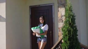 年轻俏丽的妇女出去房子 股票录像