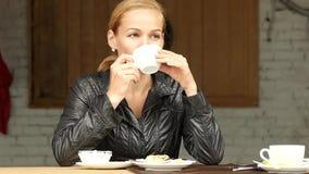 俏丽的妇女吃在夏天大阳台、特写镜头女孩饮料咖啡或茶的午餐 慢的行动 影视素材