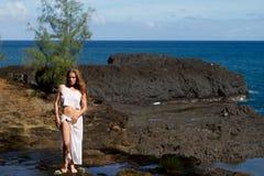 俏丽的妇女在一个专用海滩的考艾岛 免版税图库摄影
