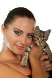 俏丽的妇女拿着她可爱的猫 免版税库存图片
