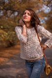 俏丽的妇女在秋天公园 免版税库存照片