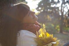 俏丽的妇女在秋天公园 免版税库存图片