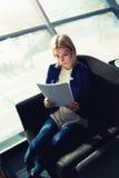 俏丽的妇女审计财政报告 免版税图库摄影