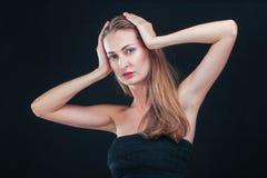 俏丽的妇女对负顶头在站立反对黑backgr的手上 图库摄影