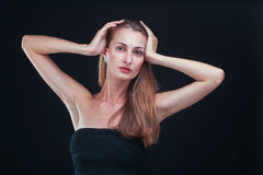 俏丽的妇女对负顶头在站立反对黑backgr的手上 免版税库存照片