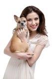 俏丽的妇女拥抱一条淡黄色的狗 免版税库存照片