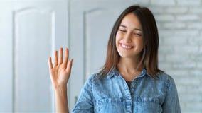 俏丽的妇女挥动和问好向您 股票视频