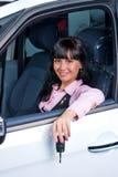 俏丽的妇女显示从汽车的钥匙 免版税图库摄影