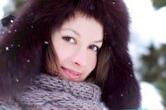 俏丽的妇女查找在与雪的冬天 免版税库存图片