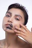 俏丽的妇女污迹染黑颜色嘴唇 免版税库存照片