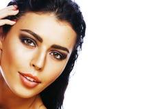 年轻俏丽的妇女用在白色背景隔绝的面孔的手,时髦的时尚医疗保健人概念 图库摄影