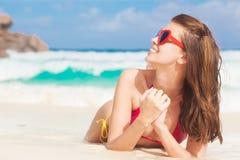 俏丽的妇女画象放松在热带海滩的心形的太阳镜的 digue la塞舌尔群岛 图库摄影