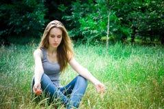 年轻俏丽的妇女的凝思 图库摄影