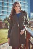 俏丽的妇女穿温暖的秋天外套 免版税图库摄影
