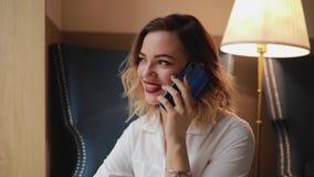 俏丽的妇女联系由电话 股票录像