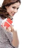 俏丽的妇女递一件礼物 免版税库存照片