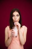 年轻俏丽的妇女饮用的酸奶 免版税库存照片