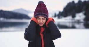 俏丽的少女吸引人在得到一点位结冰的外部她的照相机前面微笑大,有  股票视频