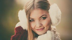 俏丽的微笑的妇女画象白色御寒耳罩的 库存图片