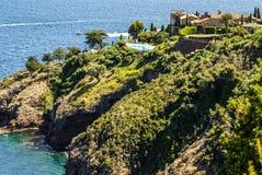 俏丽的房子在安地比斯。安地比斯是度假村在阿尔卑斯Ma 库存图片
