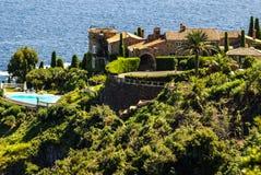 俏丽的房子在安地比斯。安地比斯是度假村在阿尔卑斯Ma 免版税库存图片