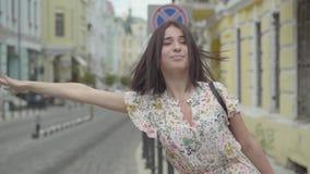 俏丽的无忧无虑的有购物带来的年轻女人佩带的夏天礼服在设法的手上乘坐在街道的出租汽车  股票视频