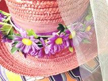俏丽的有紫色花的葡萄酒老被编织的帽子 免版税库存图片