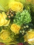 俏丽的束在百花香的黄色玫瑰 库存照片