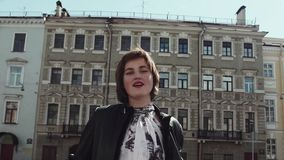俏丽的歌手女孩在黑皮夹克的老镇执行 股票录像