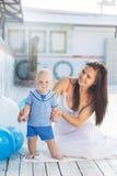 俏丽的母亲和儿子有气球的 库存图片