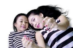 俏丽的母亲拍与女儿的一张selfie照片 图库摄影