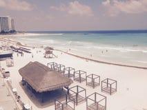 俏丽的海滩看法在海滨del卡门,墨西哥假期 免版税库存照片